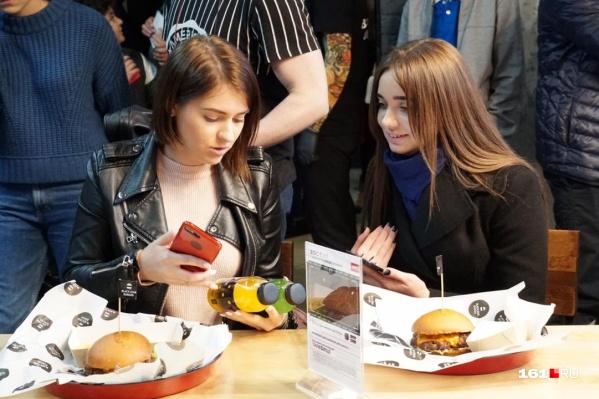 Эти девушки оказались в числе первых посетителей бургерной
