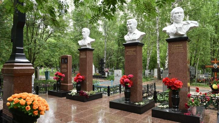 На Северное кладбище вернули памятники лидерам ОПС «Уралмаш»: фото до и после реконструкции