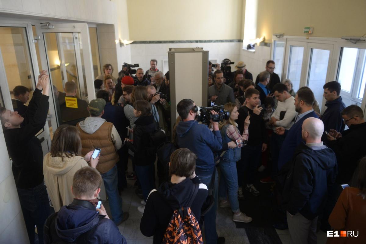 Губернатор отказался переносить в другое место: противники и сторонники храма провели переговоры