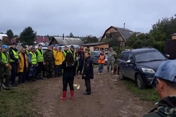 Перед поисками волонтеры проходят инструктаж