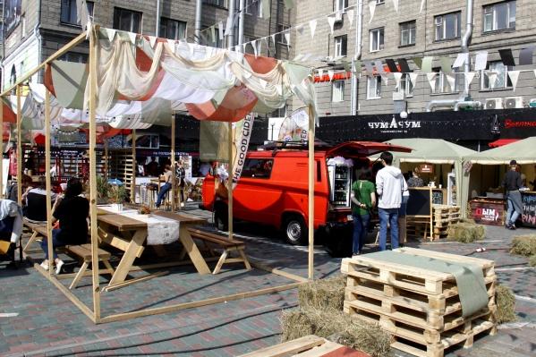 Фестиваль проводится во дворе гостиницы «Центральная», который стал уже привычной площадкой для подобных мероприятий