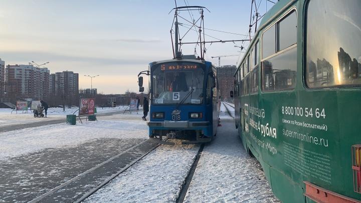 В Екатеринбурге подросток бросился под колеса трамвая: видео из кабины водителя