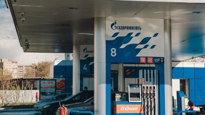 Цены заморозили, но бензин дорожает: тюменские АЗС вводят сервисные сборы и убирают скидки