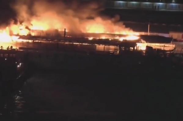 Огонь охватил все палубы судна и распространился на огромной площади