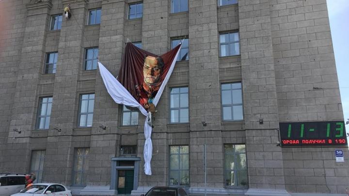 Фото:на фасаде мэрии появился портрет великого полководца