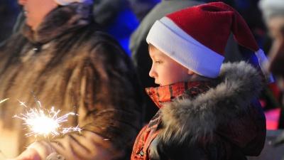 «Покормите их с руки, почувствуете себя добрым»: почему новогодние праздники для сирот — это плохо