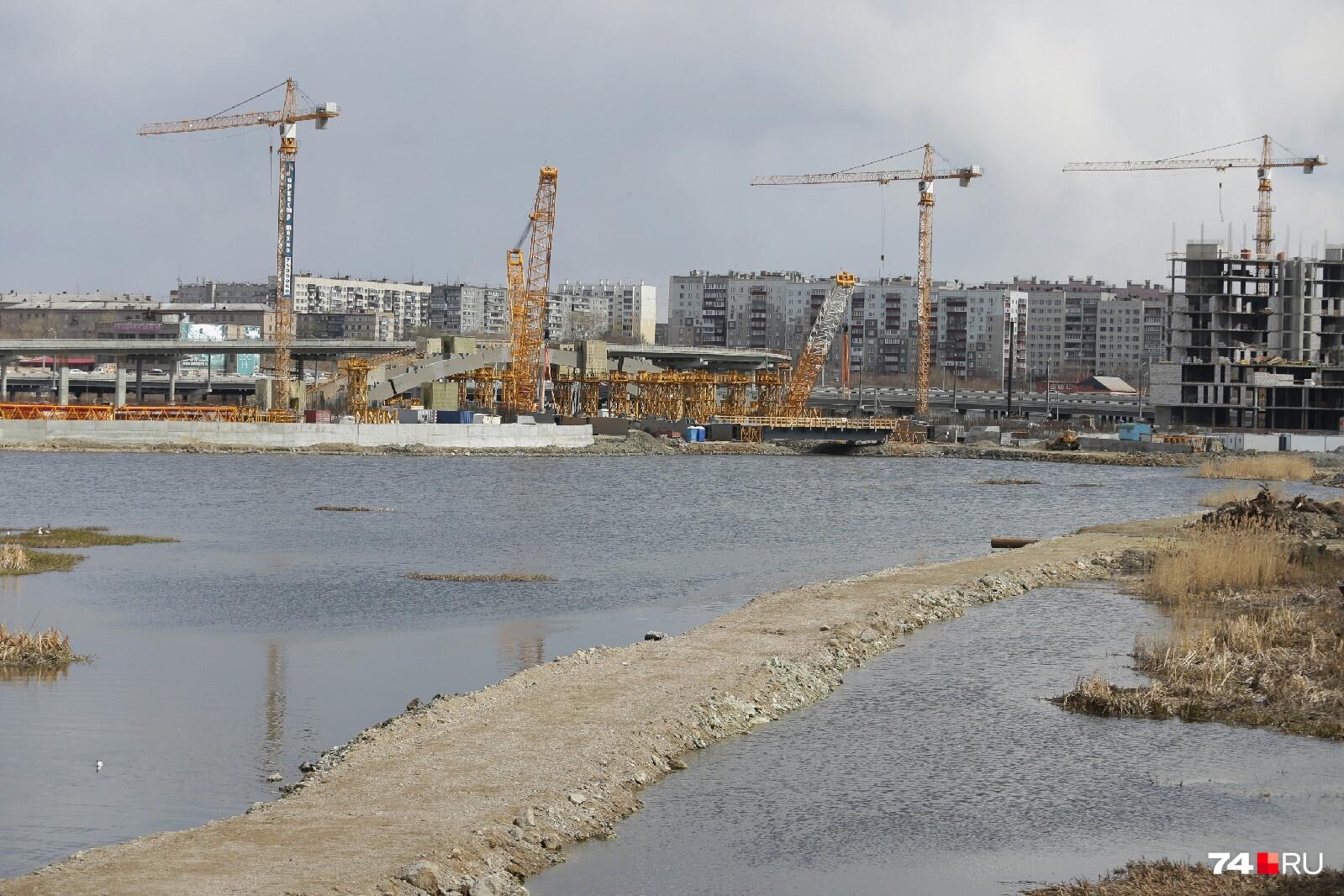 45-тонная арка общественно-делового центра будет стоять на 90 опорных блоках