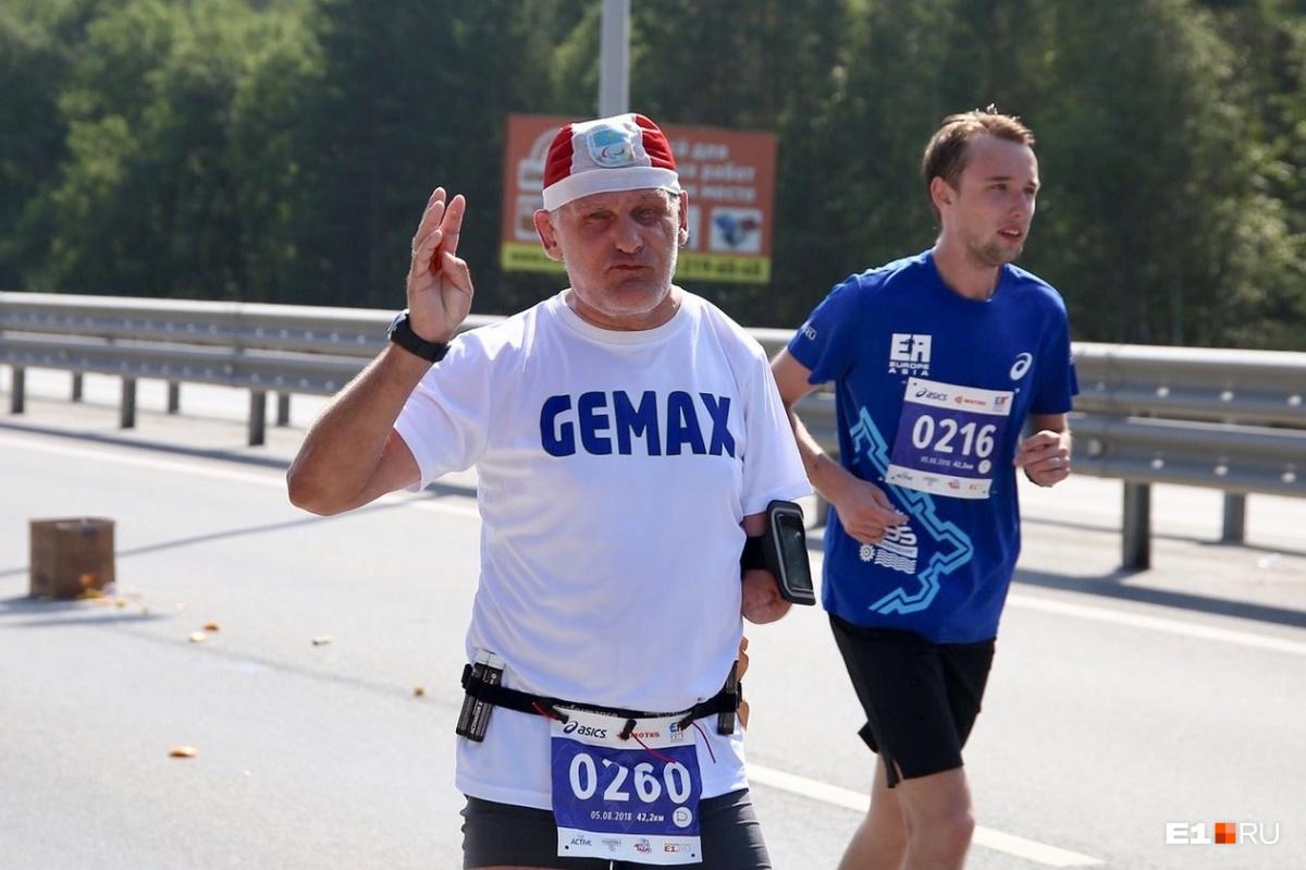 Это Олег из Казахстана, он уже не первый раз бежит марафон