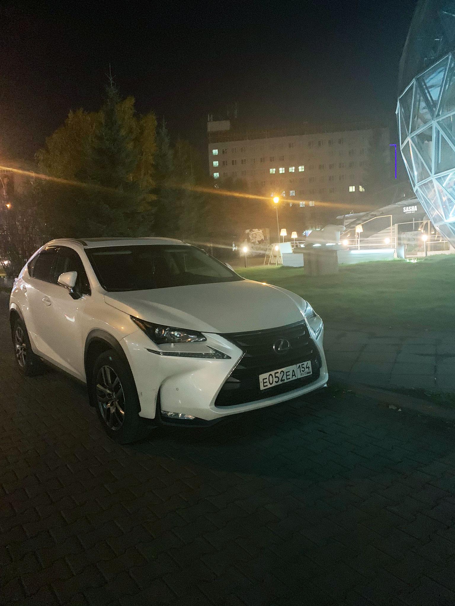 Lexus в пешеходной зоне
