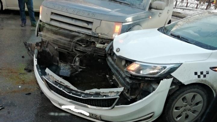 В центре Тюмени Land Rover врезался в «Яндекс.Такси». Пострадал один из водителей