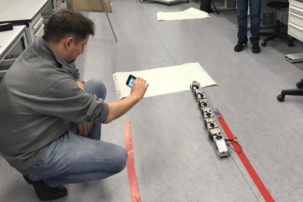 Робот оснащен многочисленными датчиками и камерами