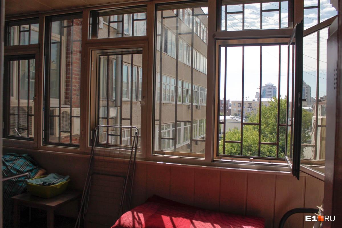 А это вид с балкона во двор