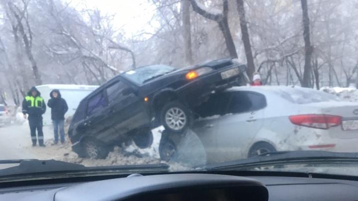 В Самаре ВАЗ-2114 «оседлал» припаркованную «Киа»