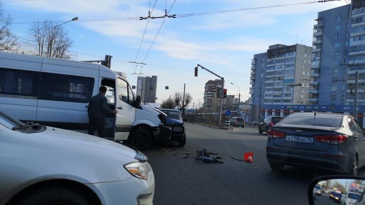 «Виновник ДТП убегал от гаишников»: на Московском проспекте «Жигули» влетели в микроавтобус