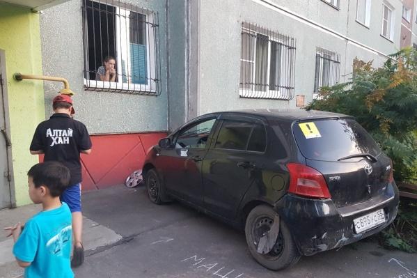 Жильцы дома, которые сбежались к месту ДТП, сами остановили водителя — тот порывался сесть за руль и уехать