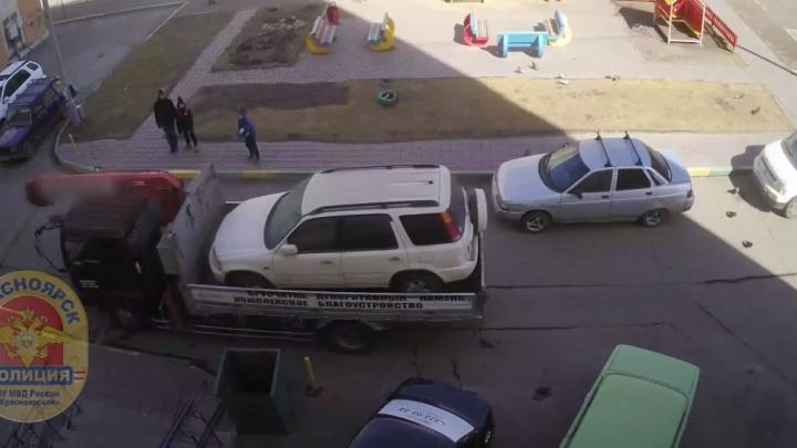 Мужчина украл припаркованную во дворе «Хонду» с помощью эвакуатора
