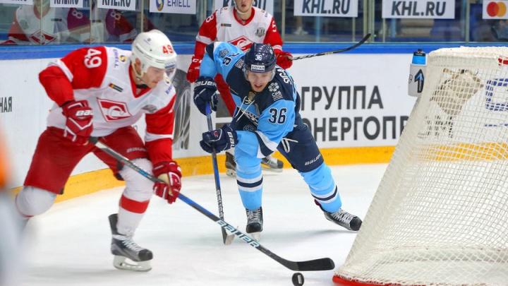 Хоккейный клуб «Сибирь» поздравил с днём рождения свою 99-летнюю болельщицу