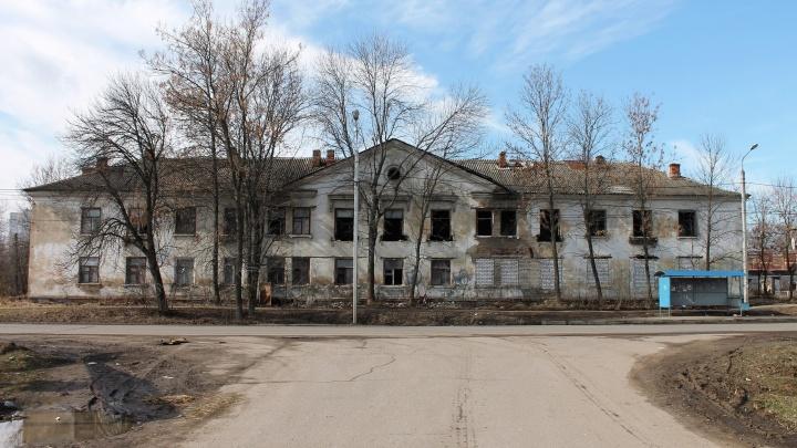 «Содержимое выгребных ям растекается по округе»: в Ярославле 12 лет не могут расселить аварийный дом