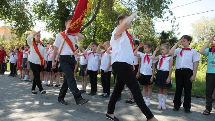 В советских традициях: волгоградцев зовут на посвящение в пионеры под барабанную дробь