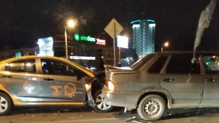 Взял напрокат: в Самаре водитель каршерингового автомобиля протаранил отечественную легковушку