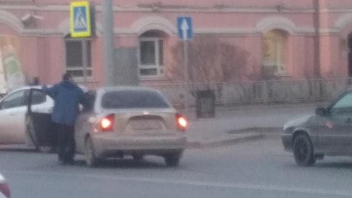 В центре Тюмени неадекватный водитель перегородил дорогу