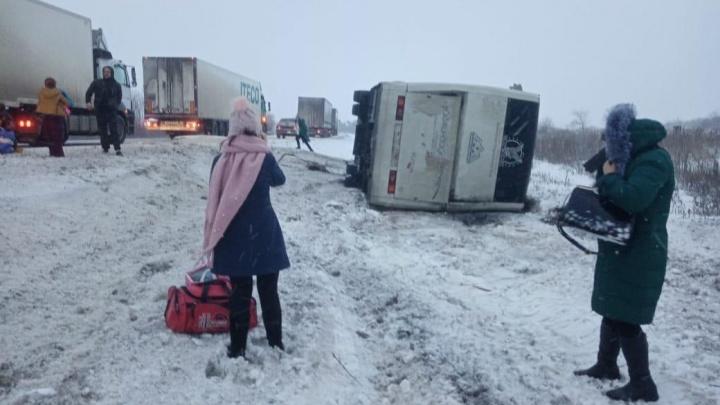 Ехавший в Пятигорск рейсовый автобус вылетел с трассы в Волгоградской области: 4 человека в больнице