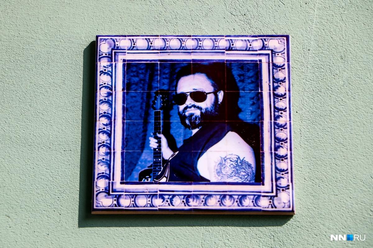 Портрет музыканта украшает гжельская роспись