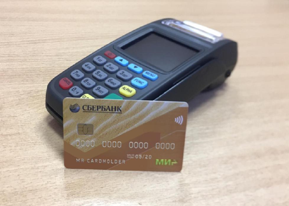 Для оплаты проезда бесконтактной картой «МИР» нужно поднести ее к терминалу кондуктора, как на кассе супермаркета