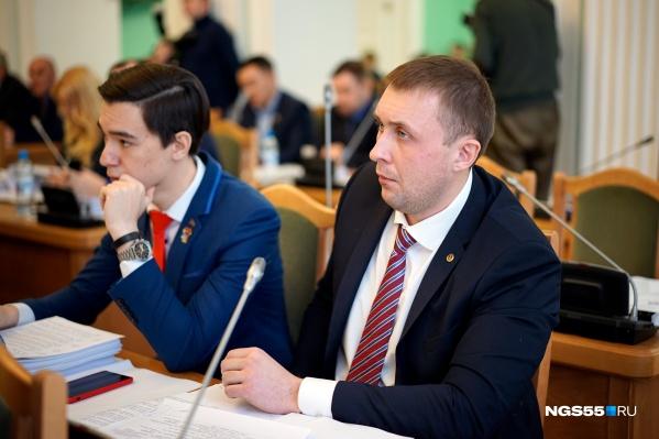 Ивченко и Курятников сидят за одним столом на заседаниях горсовета. В материалах следователей их имена тоже оказались рядом