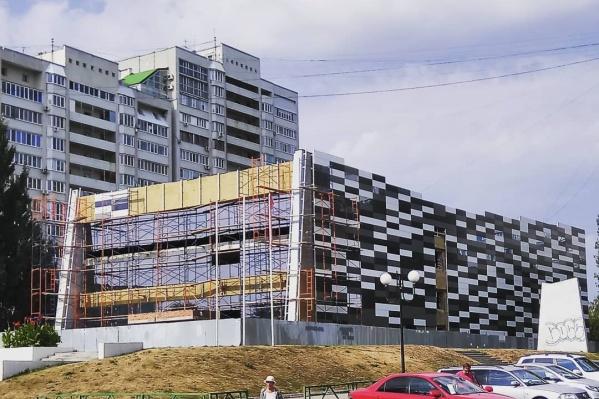 Подрядчик начал облицовочные работы фасада здания