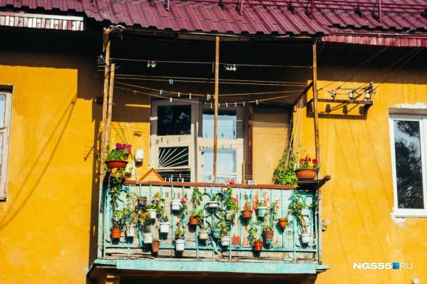 Если взглянуть только на этот балкон, то возникнет стойкое ощущение, что находишься в Европе