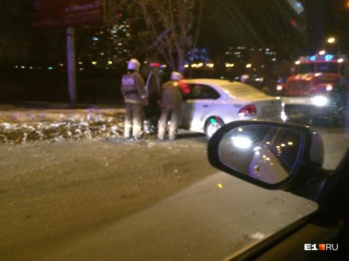 Удар пришёлся в левую переднюю часть машины такси