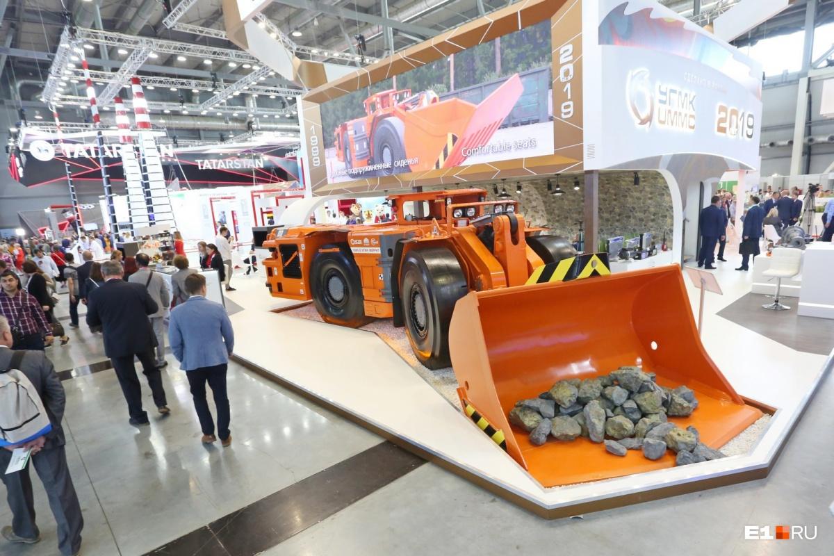 На стенде  УГМК  — огромная  погрузочно-доставочная машина. Придумана в Чехии, собрана в Шадринске. Чтобы ее обойти со всех сторон и хорошенько рассмотреть, вам потребуется не меньше семи минут