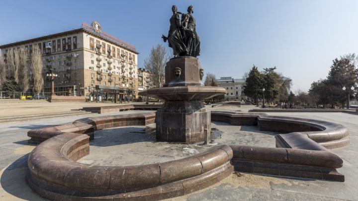Могут оказаться в пустой чаше: мэрия Волгограда рассказала о заборах вокруг фонтана «Искусство»