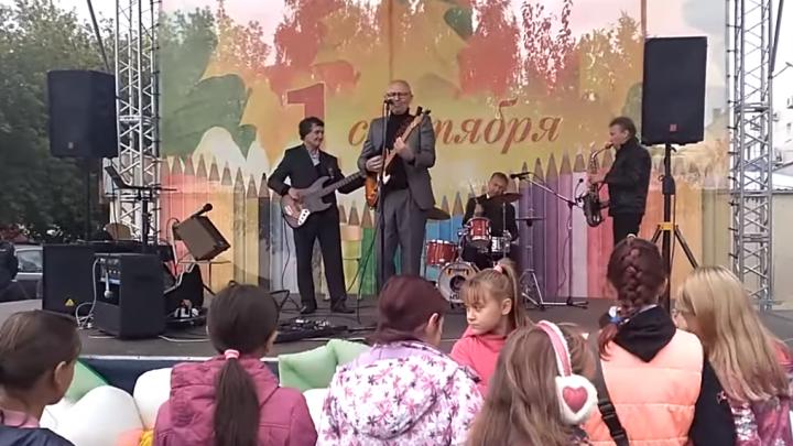 Последняя капля: в челябинском посёлке на концерте 1 сентября детям сбацали «Рюмку водки на столе»