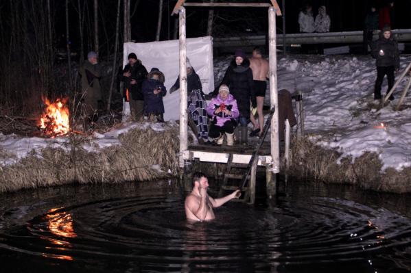 Собравшиеся искупались в реке