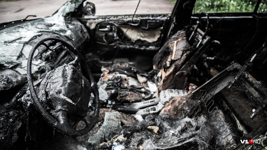 В Камышине на стихийной парковке сгорели три легковушки