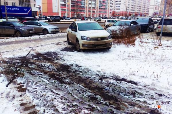 Мы уверены, что водитель белого авто недоволен грязным Екатеринбургом, но он один из тех, кто виноват в этом