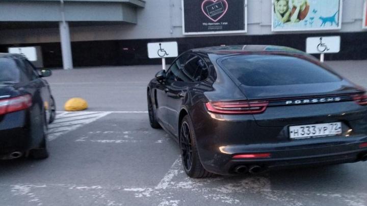 «Я паркуюсь, как...»: «инвалид» на Porsche у «Кристалла» и засилье автохамов на Пермякова