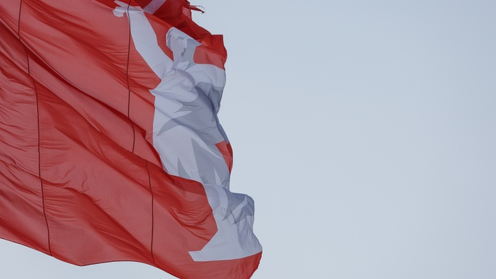 «По самую Родину-мать»: ветер изорвал самый большой флаг в центре Волгограда