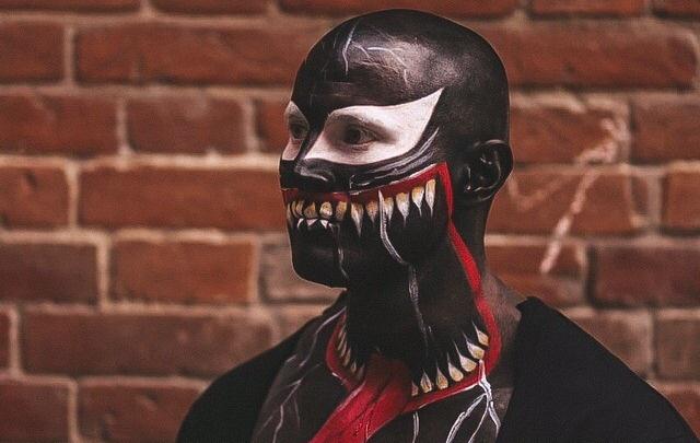 Сибиряк сбрил бороду и вышел гулять по городу в костюме главного врага Человека-паука