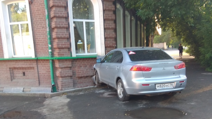 На перекрёстке Чапаева и Декабристов неопытный водитель протаранил дом