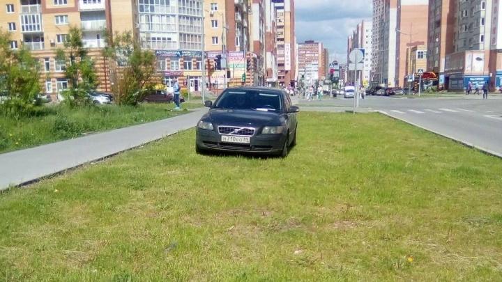 «Я паркуюсь, как...»: автохам на «зебре» у тюменской школы, машины на газонах и парковщик«от бога»