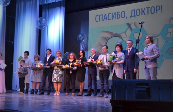 Награду за Дмитрия Титова получили его супруга Вера Чурилова и старший сын Гоша (на фото они крайние с левой стороны)