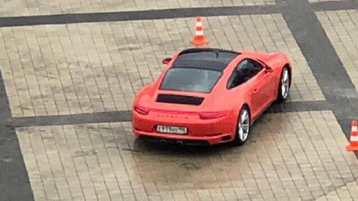 «Это не автодром для элиты»: в автошколе объяснили, зачем гоняют на Porsche по «Екатеринбург Арене»