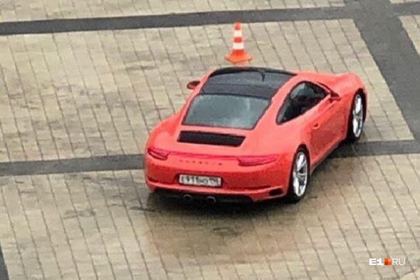 Красный Porsche выполняет различные маневры