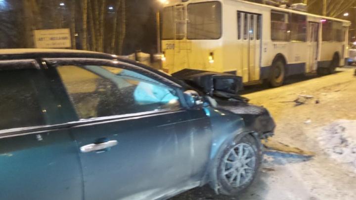 Кавалерист против танка: камера сняла, как Geely разбился о борт троллейбусав Екатеринбурге