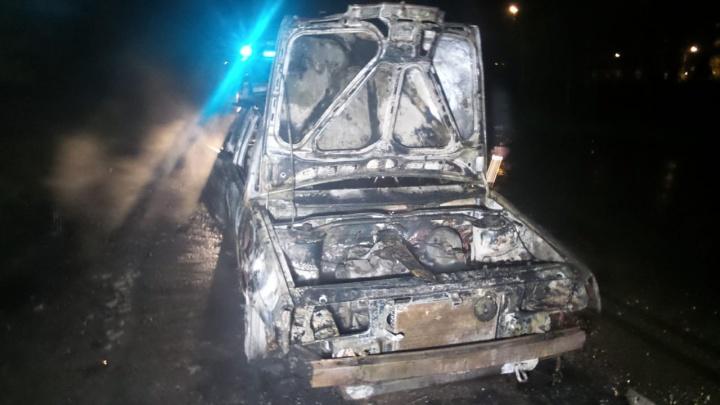 Водитель едва успел выскочить из машины: на Птицефабрике дотла сгорела «девятка»