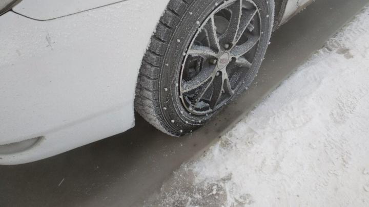 Туристы массово едут на Бирюсу в поисках льда как на Байкале. Машина с женщиной ушла под воду
