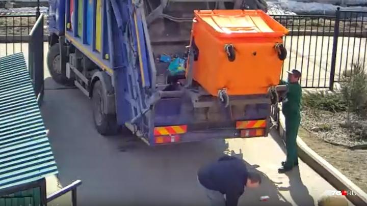 Сотрудников, сваливших отходы из бака для раздельного мусора в общую машину, наказали